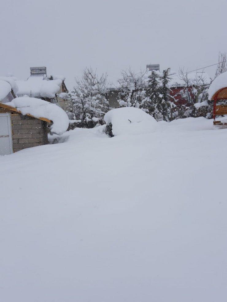 Adana'nın Tufanbeyli ilçesinde kar yağışı hayatı olumsuz etkiliyor