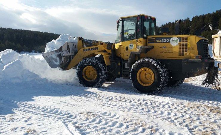 Kars'ta yapılacak şehit heykelleri için kamyonlarla kar taşınıyor