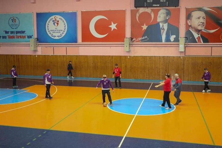Ordu'da protokol mensupları gözleri kapalı futbol oynadı