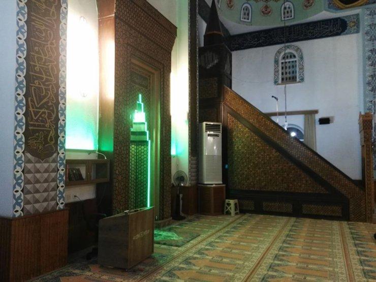 Camiye giren hırsızlar güvenlik kamerasını çaldı