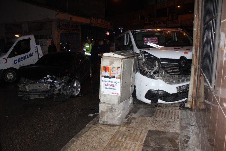 Elazığ'da minibüs ile otomobil çarpıştı: 3 yaralı