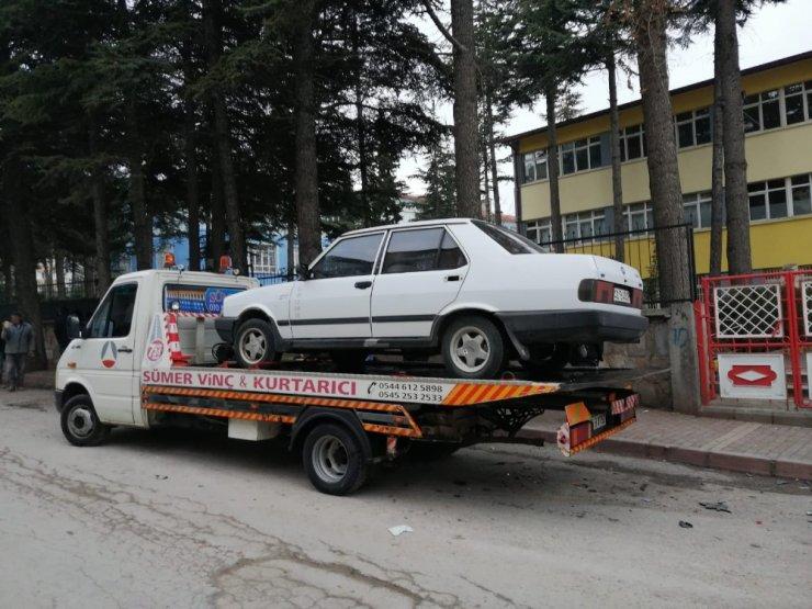Seyir halindeki otomobil park halindeki araçlara çarptı: 3 yaralı