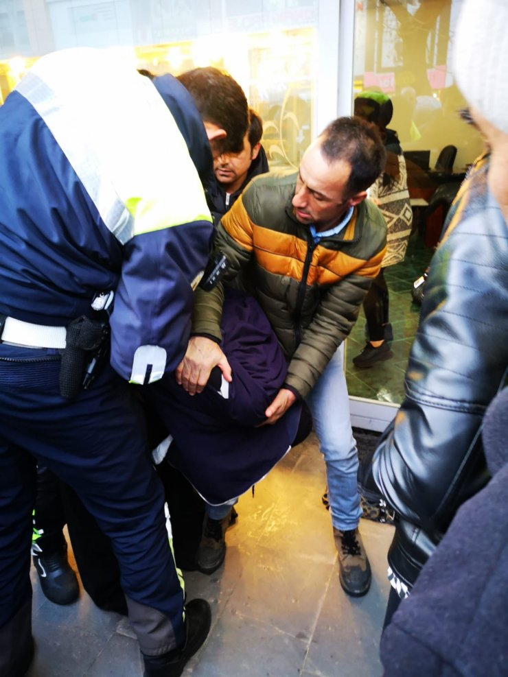 Erzincan'da kadın giysili şüphelinin silahlı soygun girişimi anı güvenlik kamerasına yansıdı