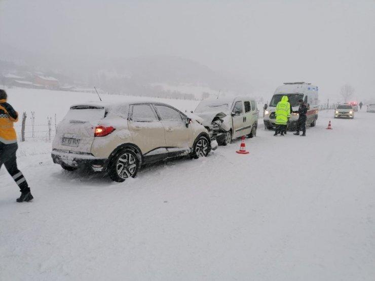 Kastamonu'da iki ticari araç kafa kafaya çarpıştı: 9 yaralı