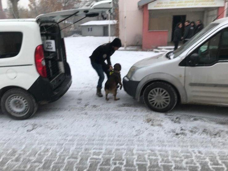 Ağrı'da narkotik madde arama köpeği ile uyuşturucu araması