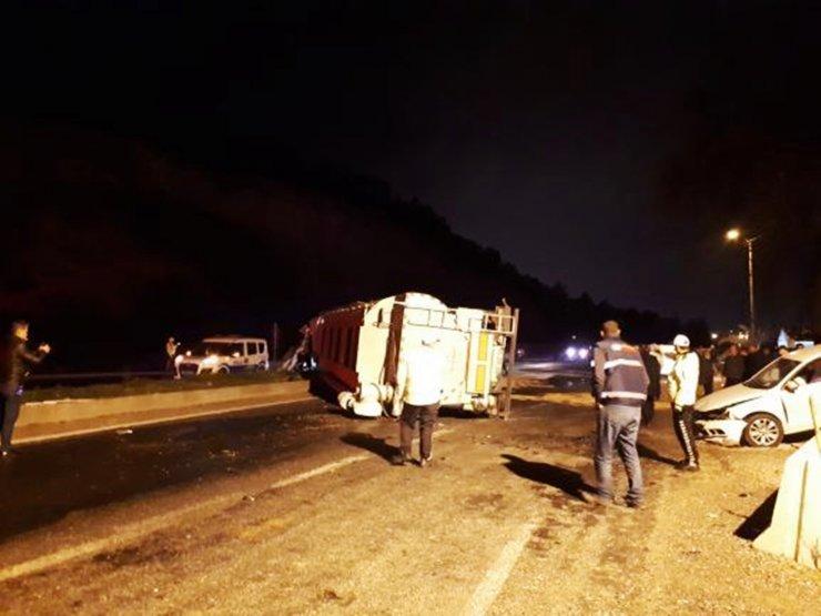 Manisa'da devrilen tır, uygulama noktasındaki otomobillere çarptı: 2 yaralı