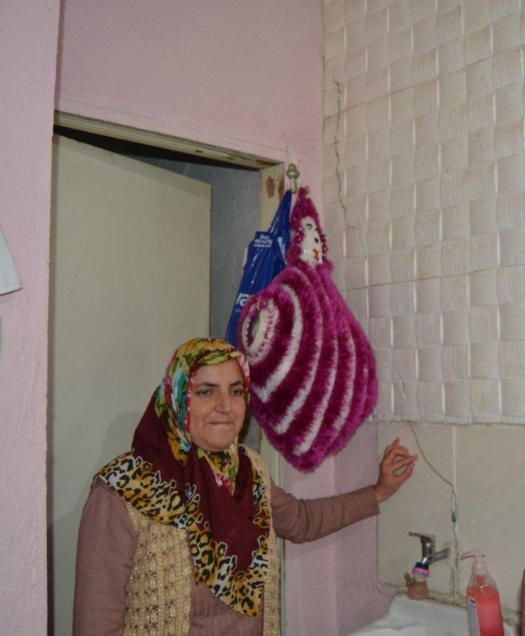 Soma Kaymakamı Altıntaş, depremden etkilenen vatandaşları ziyaret etti
