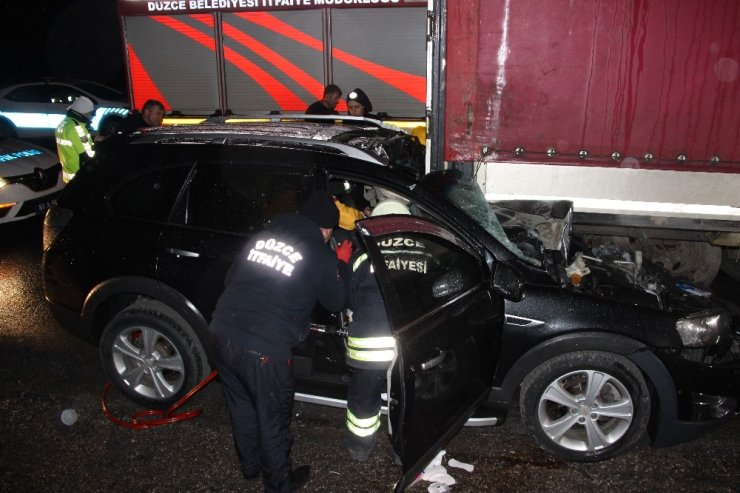 Otomobiller tıra arkadan çarptı: 5 yaralı