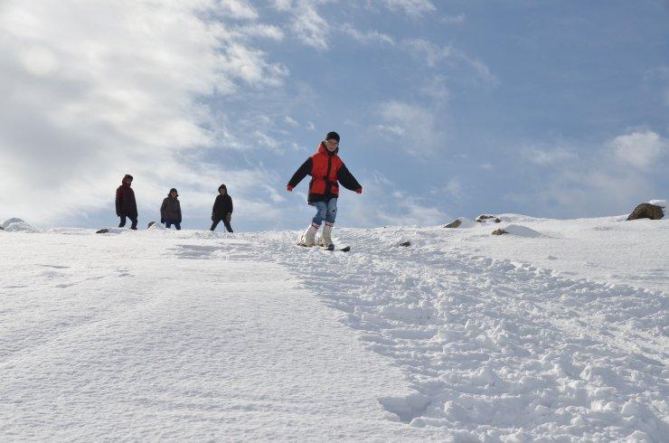 Kayak merkezine gidemeyen köylü çocuklar dağ yamacını piste çevirdi