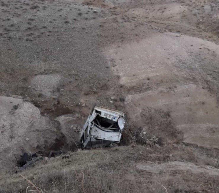 El freni çekilmeyen otomobil şarampole yuvarlandı