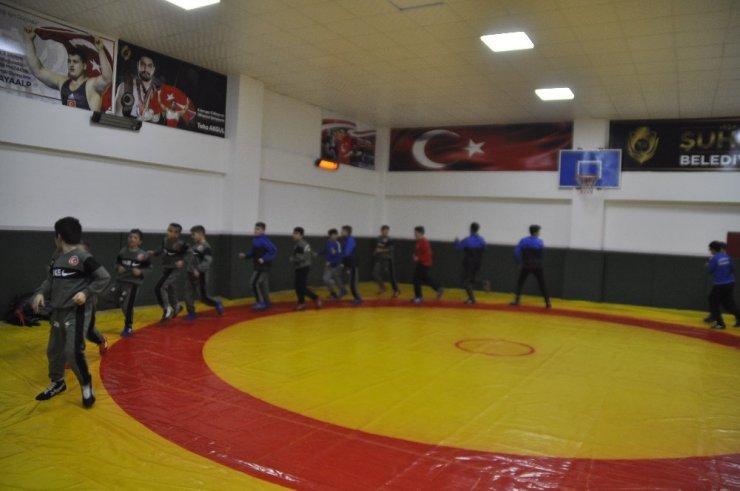 Minik sporculardan Elazığ ve Malatya depremine pankartlı destek