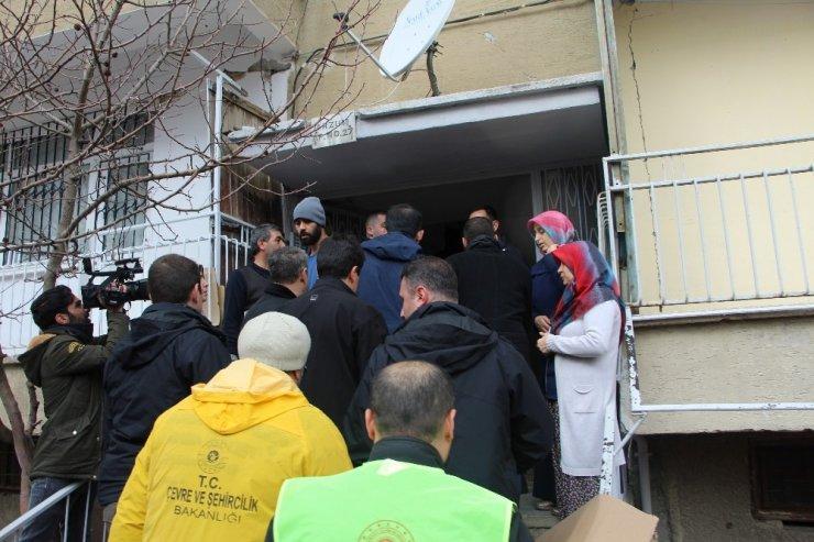 Bakan Kurum, depremde hasar gören mahallelerde incelemede bulunuyor