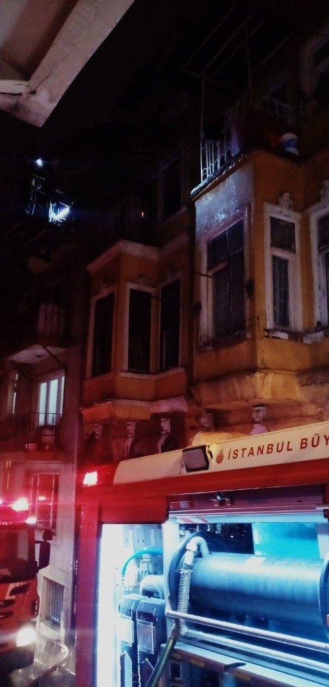 Dört katlı metruk binanın en üst katı alev alev yandı