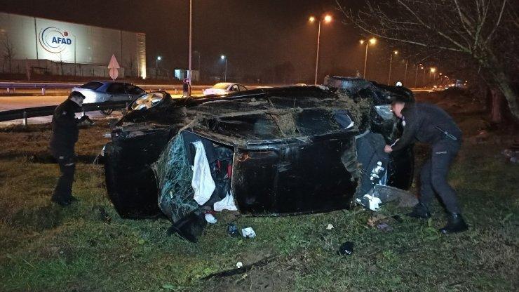 Yağış nedeniyle kayganlaşan yolda otomobil metrelerce takla attı