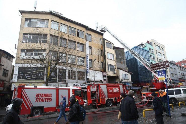 GÜNCELLEME - Eminönü'nde bir hanın çatısında yangın çıktı