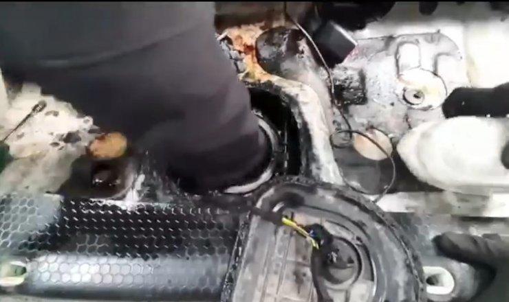 Narkotik köpeğinden kaçamayan otomobilin yakıt deposundan esrar fışkırdı