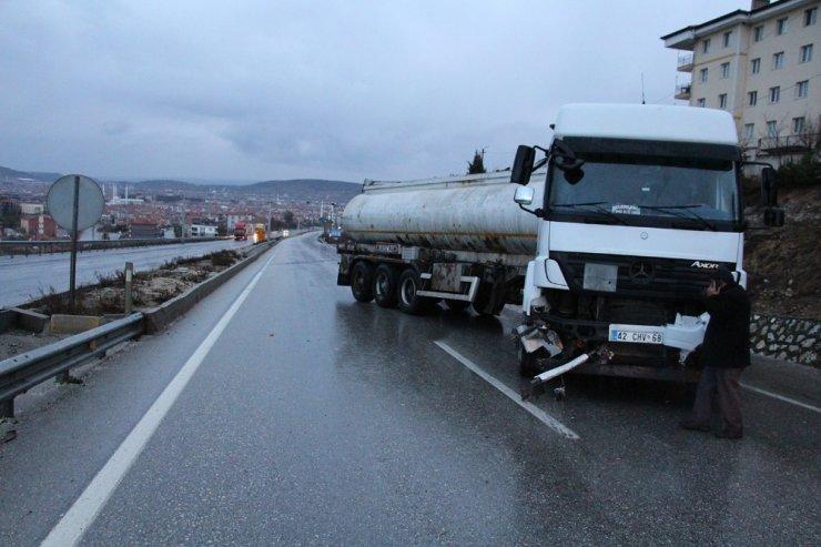 Kontrolden çıkan tanker bariyerlere çarptı