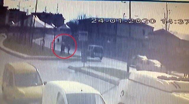 Bıçaklı şahsın polise saldırdığı anlar kamerada