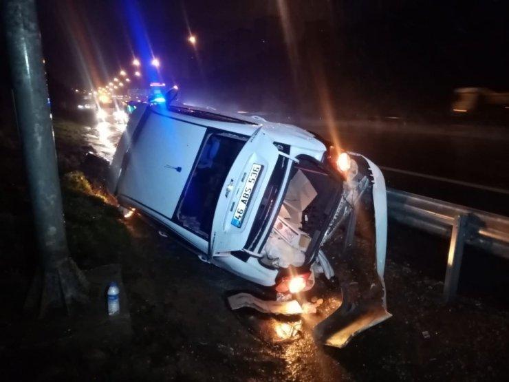 TEM Otoyolunda otomobil yoldan çıktı: 2 kişi yaralandı