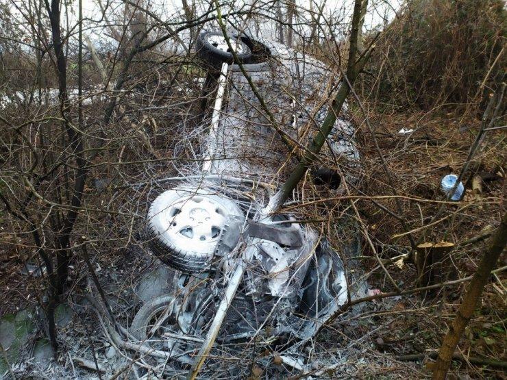 TEM Otoyolunda hafif ticari araç şarampole uçarak alev aldı