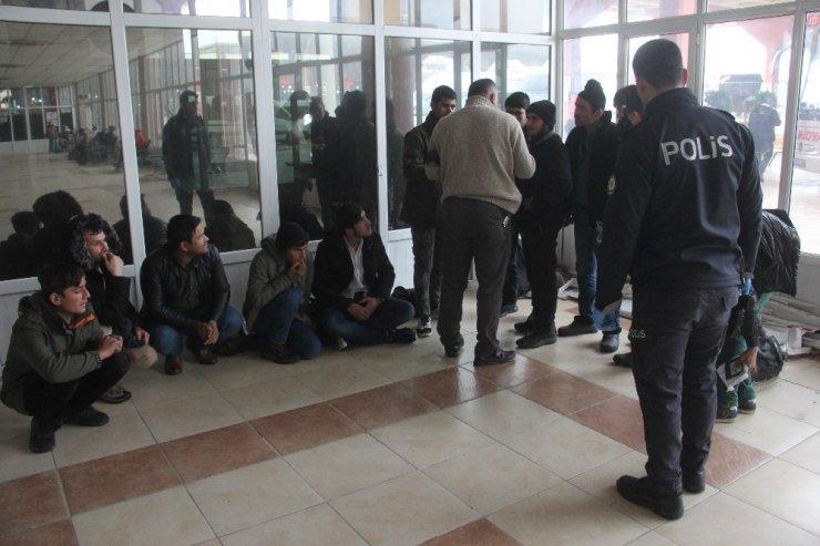 Adana'da 12 kaçak göçmen yakalandı