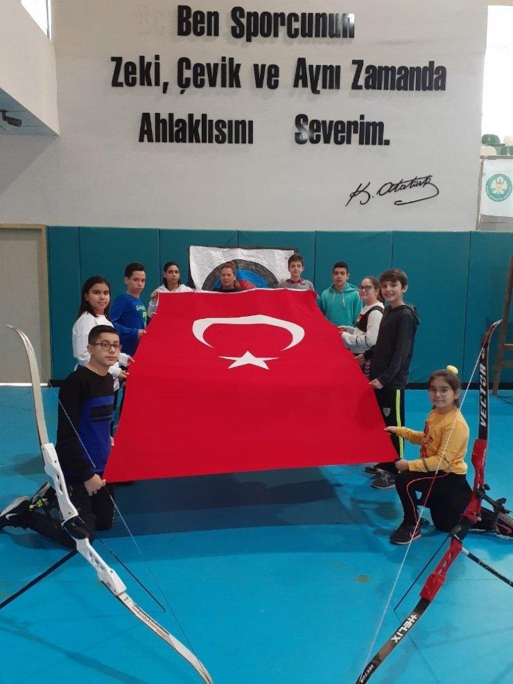 Manisa BBSK'lı sporculardan Yunan vekile bayraklı tepki