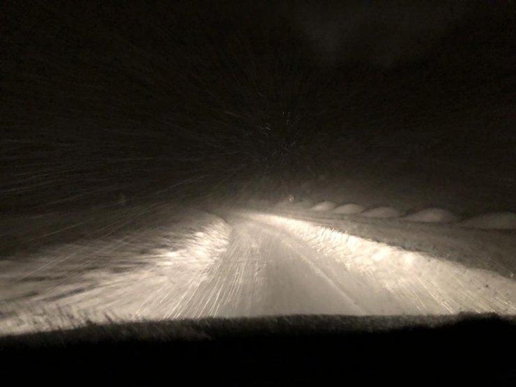 Hizan'da karda mahsur kalan 30 araç kurtarıldı