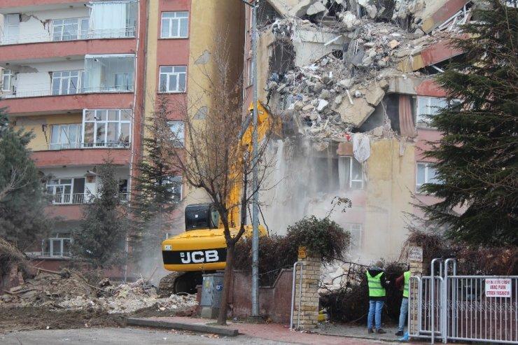 Depremde hasar gören 3 bloklu sitenin yıkımı başladı