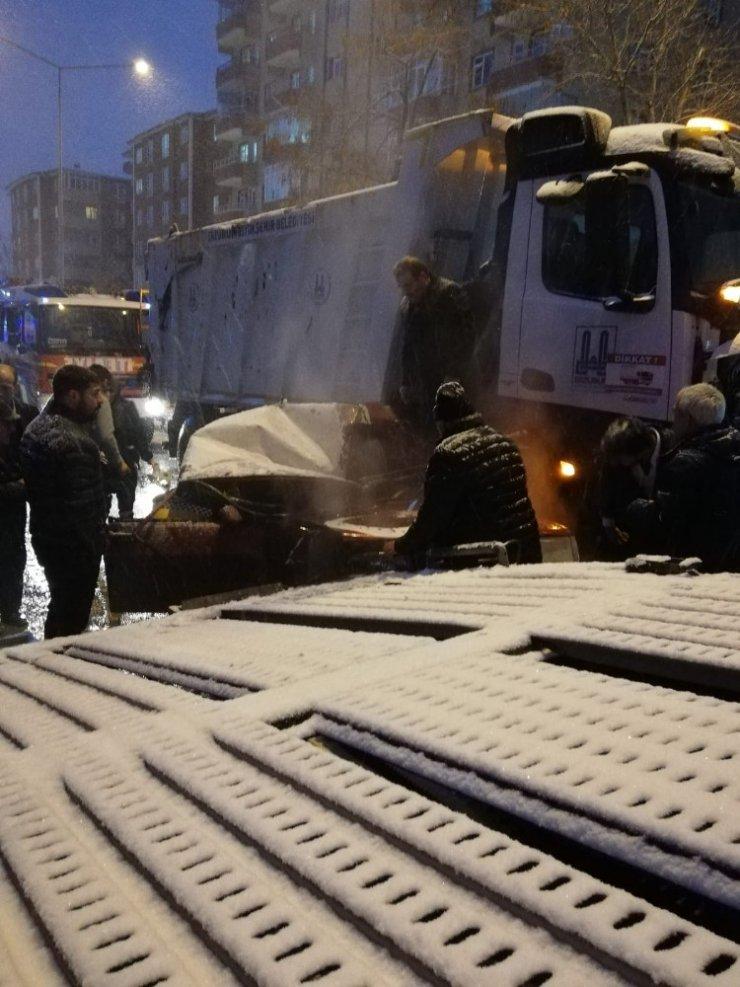 Kar temizleme aracı ile ticari araç çarpıştı: 1 yaralı