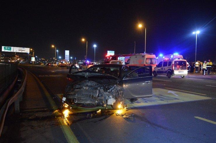 Kennedy Caddesinde meydana gelen 3 araçlı kazada 6 kişi yaralandı