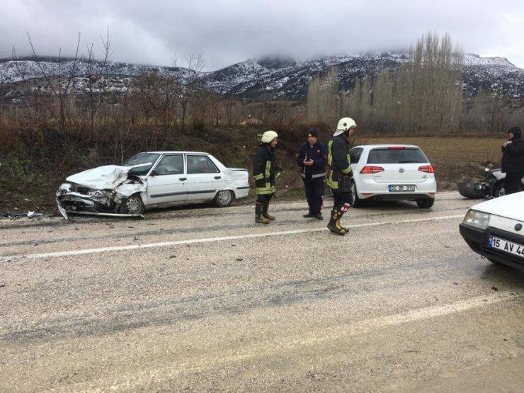 Dağ yolunda otomobiller kafa kafaya çarpıştı: 2 yaralı