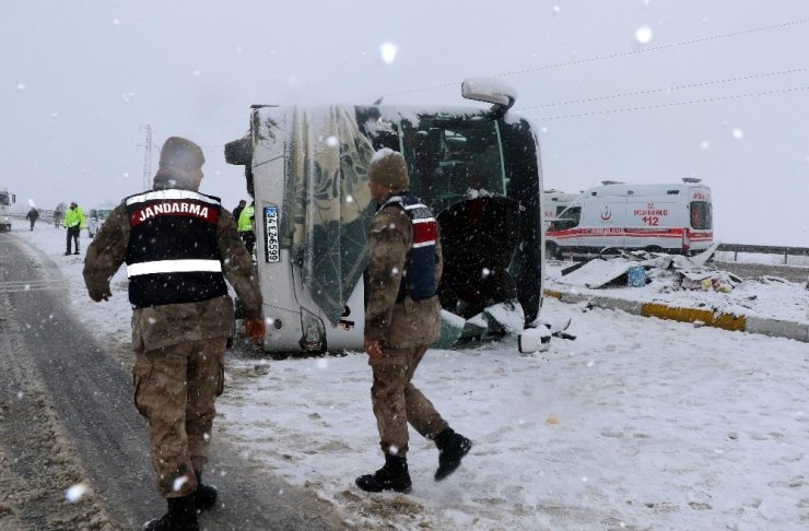 Erzincan'da buzlanan yolda otobüs yan yattı: 46 yaralı