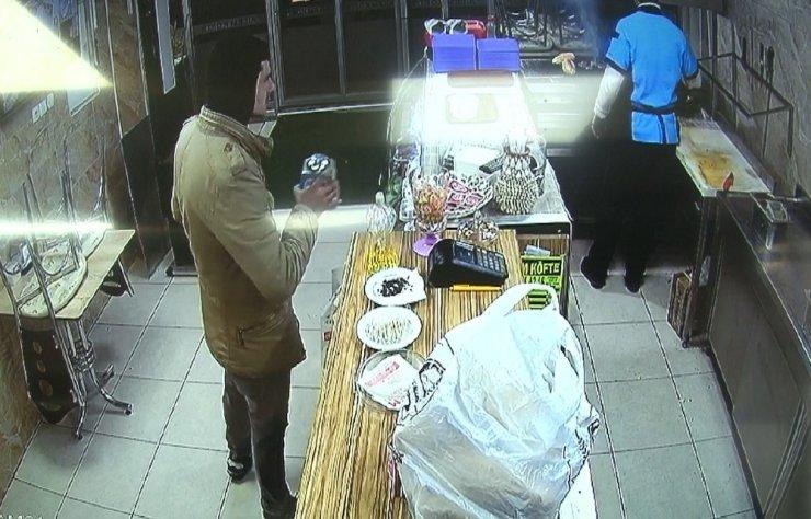 Saniyeler içinde sadaka kutusunun çalınması güvenlik kamerasında