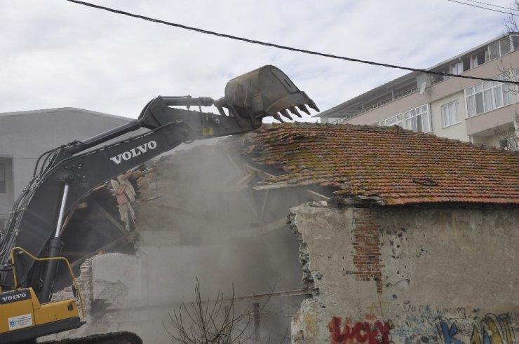 Uyuşturucu için mesken tutulan metruk yapılar yıkılıyor
