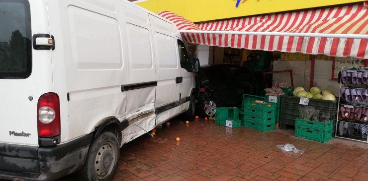 Samsun'da minibüsün çarptığı otomobil markete girdi: 1 yaralı