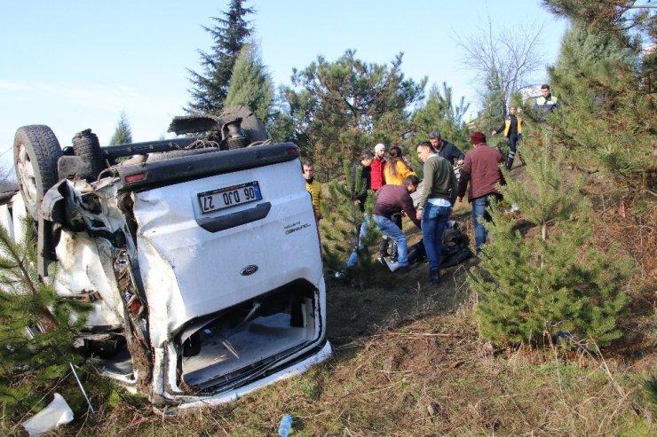 Yoldan çıkan minibüs şarampole yuvarlandı: 9 yaralı