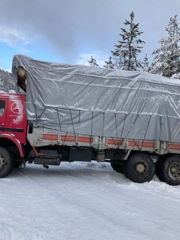 Yolda kayan saman yüklü kamyon, trafiği durdurdu
