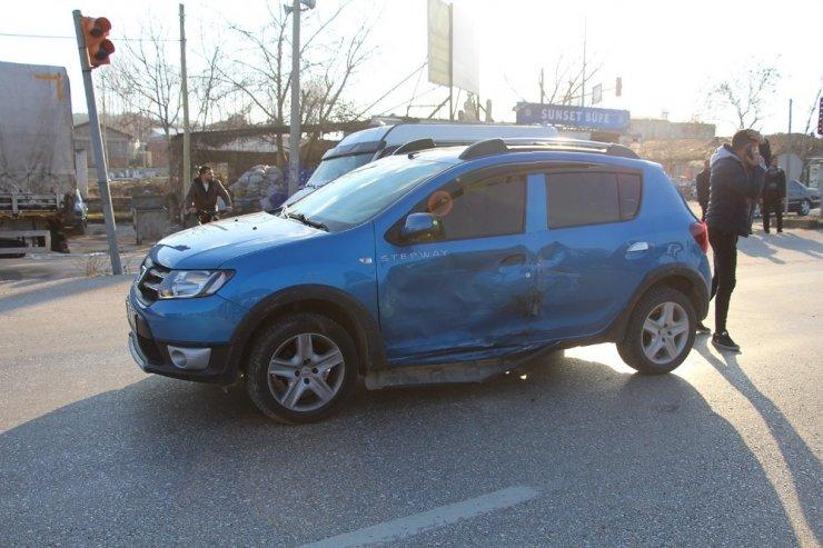 İşçi servisi otomobille çarpıştı: 1 yaralı
