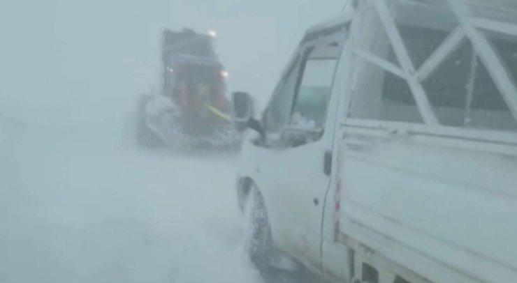 Siirt'te kar ve tipide mahsur kalan araç kurtarıldı