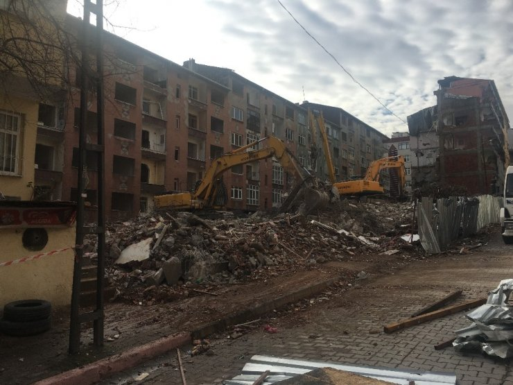 İstanbul'daki depremde hasar gören binaların yıkımına başlandı