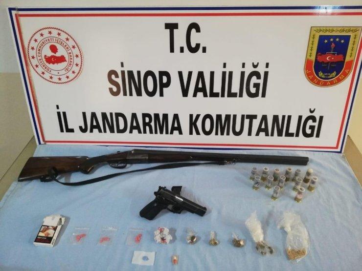 Aranan adreslerden ruhsatsız silah ve uyuşturucu çıktı