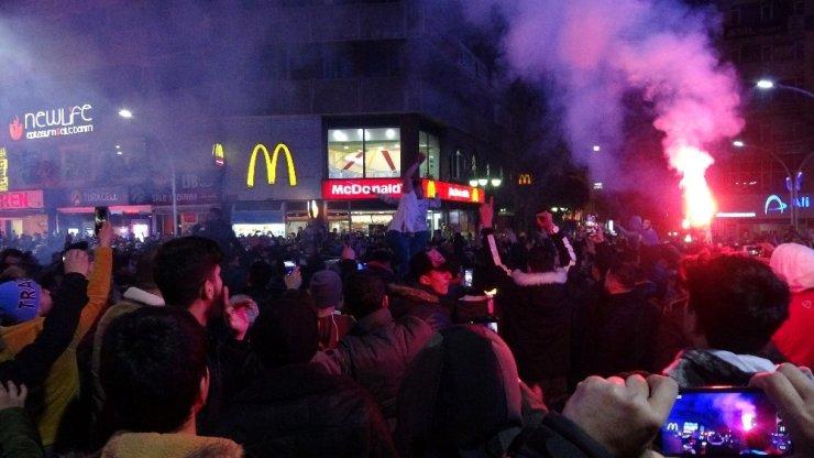 Trabzonspor taraftarları Fenerbahçe galibiyetini coşkuyla kutladı