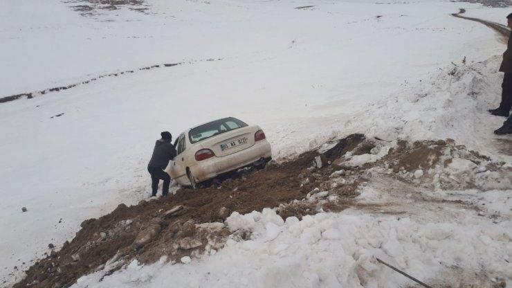 Kaza yapan otomobilin yardımına Van Büyükşehir yol ekipleri yetişti