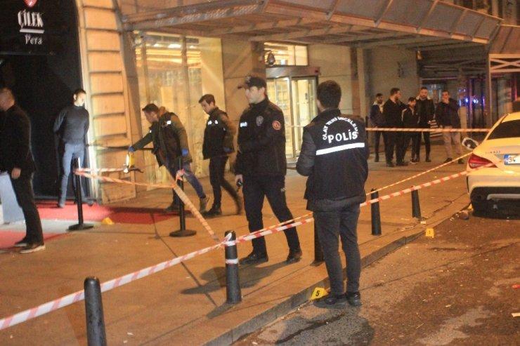 Beyoğlu'nda lüks araçla gelip tartıştıkları gruba ateş açtılar: 1 ağır yaralı