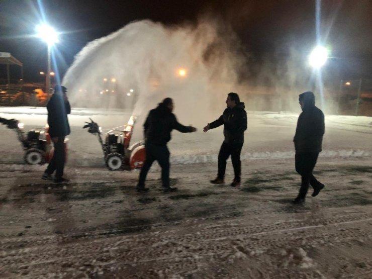 Van Atatürk Stadı yeniden kardan temizlendi