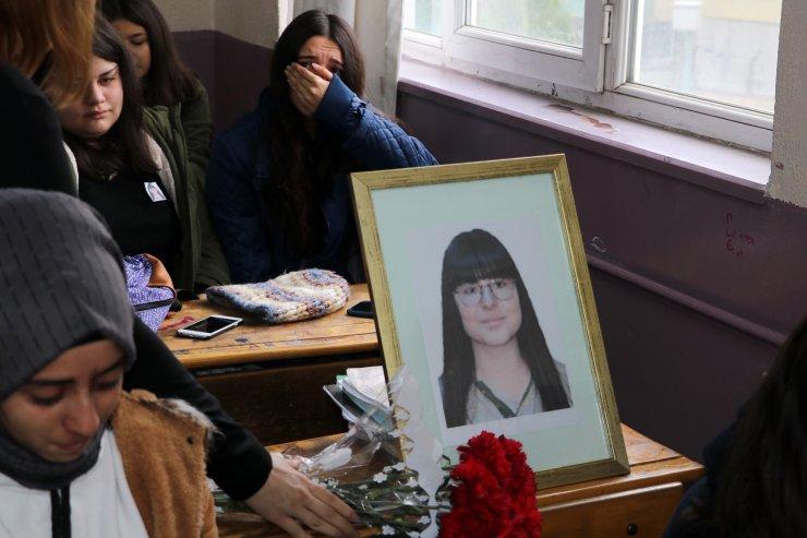 Aydın'daki kazada hayatını kaybeden lise öğrencisinin sırasına karanfil bırakıldı