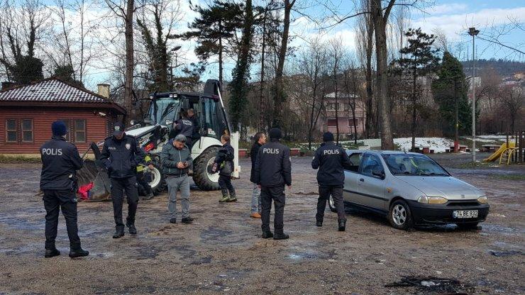 Bartın'da taşan ırmakta kalan otomobil iş makinesiyle çıkarıldı