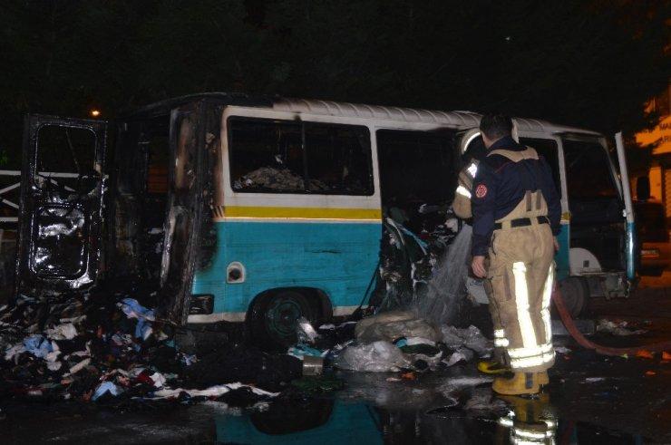 Esenler'de içi tekstil malzemesi dolu minibüs alev alev yandı