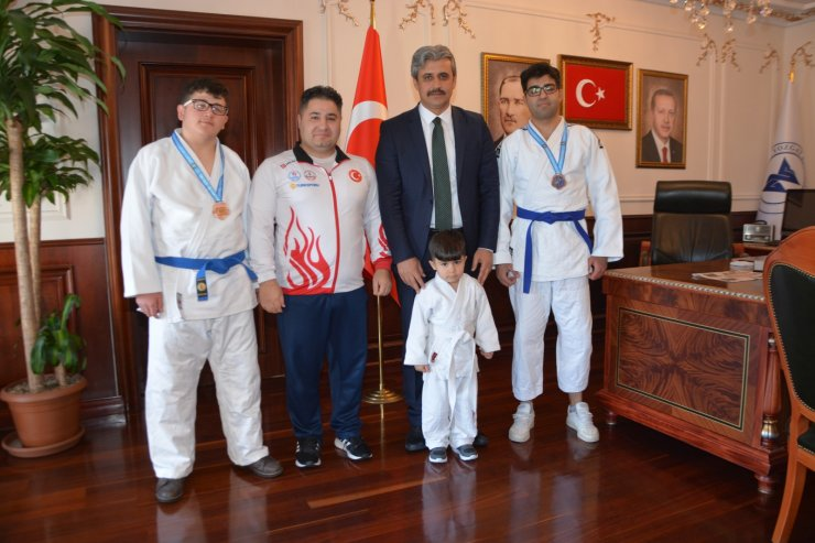 Yozgat Belediye Başkanı Köse, başarılı sporcuları ödüllendirdi