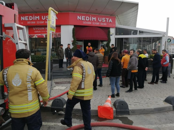 Maltepe'de 18 katlı iş merkezinde yangın paniği